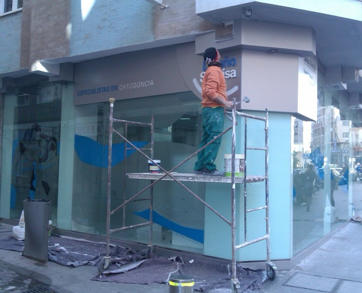 Construcción de fachada en alocubon y cristald